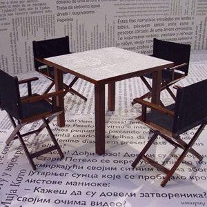drveni-sto-i-reziserske-stolice-na-sajmu